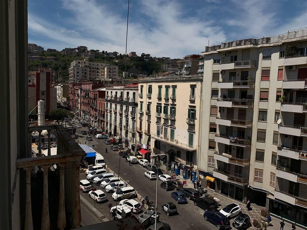 Riviera di Chiaia, nelle immediate adiacenze di Viale Gramsci, proponiamo in vendita in uno stabile d'epoca signorile di inizio secolo, un